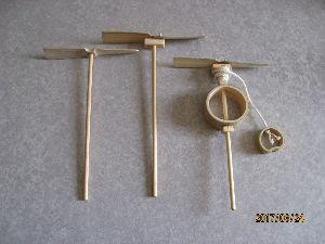 ★★★★★ あ な た と ・・・ 軸固定型の竹トンボ(左側)を作ってみたが やはり少しの器用さ、技術が要りますね。  子ども相手の夏休