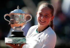 空を眺めながら フランスオープンの女子の優勝者は、まだ二十歳の ノーシードのラトビアのオスタペンコ選手でした。
