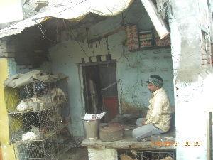 旅行の思い出語りませんか 数年前に行ったインドです こんな屋台で商売してます 鳥だったり野菜だったり 分けの分からないお菓子も