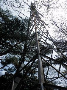 六甲山 石の宝殿のところにある鉄塔を見てきました。 アンテナは取り付けられていますが 装置として稼働はしてい