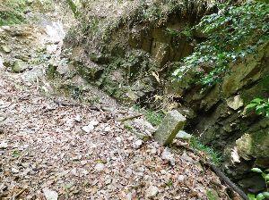 六甲山 屏風滝 跡? ここの巻き道には「屏風滝」との標石があります。 これは滝めぐり道の名残です。 標石の文