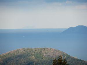 六甲山 今世界遺産で話題の。 沖ノ島 ! 沖の方にうっすら浮かんでいます。 距離約50km。  撮影の腕が悪