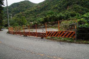 六甲山 文字だけではよくわかりませんね。 フェンスの写真を添付します。 座頭谷に行くには 左側の電柱付近にガ