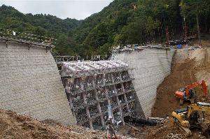 六甲山 建設中の船坂第十砂防堰堤。 完成も間近となっています。  現在この工事のため 迂回路階段が設けられて