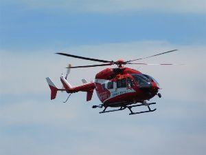 六甲山 3.ハプニング編  遭難者救助のため出動したヘリコプター。  山頂から目の高さに近いところを飛んでい