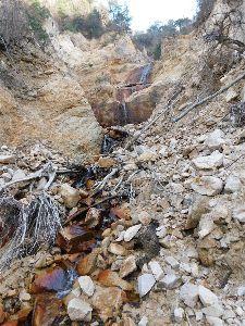 六甲山 座頭谷の滝も覗いてきました。 滝への沢もかなり荒れていました。 流木あり、 溝状に抉れたりで。