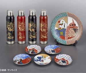 7832 - (株)バンダイナムコホールディングス アニメ「機動戦士ガンダム」をモチーフにした九谷焼の皿と越前漆器のボトルを販売する。日本の伝統や優れた