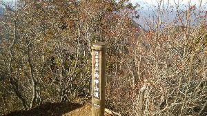 群馬周辺の山と名湯 昨日の良い天気に、前からメンバーの要望のあった八丁峠~両神山へ行った。 八丁トンネル前の駐車場は、8