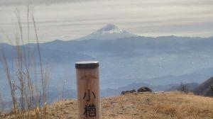 群馬周辺の山と名湯 今月まで、雁坂トンネルが無料になっているので、今日は小楢山へ フフ脇にある登山者用駐車場におき、林道
