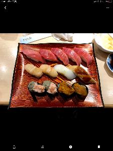 3198 - SFPホールディングス(株) 新宿西口のきづなすし行った。  優待券消化のためだ。  食べ放題コースを選択。  ウニ苦い、ミョウバ