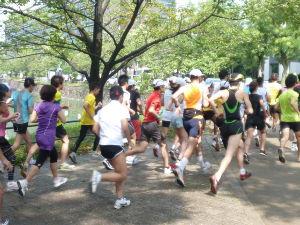 皇居で走るのは是非やめてもらいたい。 あほみたいにこんなきますからね。是非空気の良い地元で走ってください。