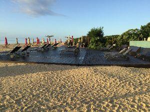 文学と文学賞。。 小浜島はホテルはイマイチだったのですが、ゴルフコースを通り過ぎて海岸へ出ると素晴らしいビーチが広がっ