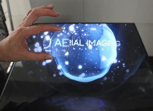 2438 - (株)アスカネット 空中に結像している画像は虫眼鏡で拡大可能な実像である。つまり、脳が作り上げる仮想の映像(錯覚などの知