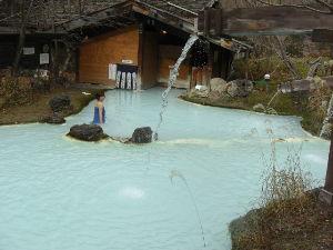 混浴温泉 泡の湯さんの混浴露天風呂は白く濁っているし湯浴みも貸してもらえるので、女性でも入りやすいと思いますよ