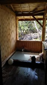 混浴温泉 乗鞍高原のせせらぎの湯です  無料の天然温泉 混浴ではありませんが他の人が居なければ混浴も可能かと(