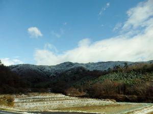 40歳代、この指と~まれ! 冬らしい気温になってます。 今日は、神鍋高原の方にランチに出かけて来ました。 山の木々に白く積もった