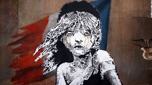 英語支配に関する討論 arts  Banksy painting 'self-destructs' m