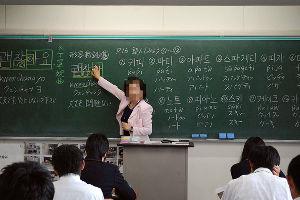 靖国参拝を大げさに報道しすぎです。  私立山形城北高校、韓国語が必修科目、     在日同胞教員が推進役…韓国との姉妹校交