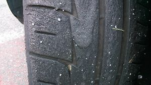 ★ピット・イン ちょっと休憩 ちなみに、タイヤですが、  公道用ハイグリップタイヤでも サーキット走行をすると熱が入り 表面が溶け