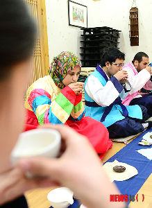 喫茶室「一服汁」   仁済大学金海キャンパスで27日午前、韓国伝統文化体験教室が開かれた。写真は、色とりどりの韓服(韓