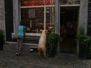 OLYMPUS OM SERIES (いつもの風景) たぶん、ベルギ-の古い街なかで--ハム屋さんの店頭にて。alto*****