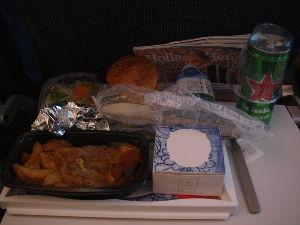 OLYMPUS OM SERIES (いつもの風景) 機内食 満席のKLM機 日本人が少ないが ! とりあえず最初の機内食・・ご当地ビ-