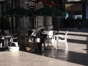 OLYMPUS OM SERIES (いつもの風景) 開店直後のオ-プンテラスカフエ。 私は寒くて利用しないけれど 直ぐに外人さんが利