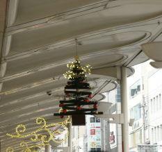 OLYMPUS OM SERIES (いつもの風景) 京都のメイン繁華街  四条河原町の クリスマス看板 ? 良い表現が浮かばず。。 夕