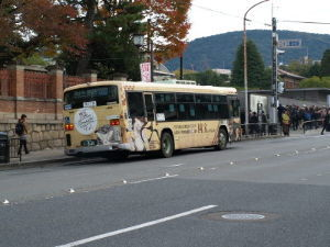 OLYMPUS OM SERIES (いつもの風景) 午後から 人並みが増えた 博物館。 画像は京都市バス 風神/雷神のラッピングが