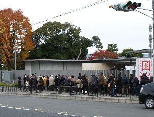 OLYMPUS OM SERIES (いつもの風景)今週で閉幕 京都国立博物館 国宝展 開館時。。 約2時間前から多くの方が並んでおられ