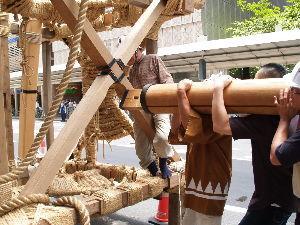OLYMPUS OM SERIES (いつもの風景) 祇園祭 長刀鉾の真柱 取り付けが始まりました。 この真柱だけで約20mあるとのこと