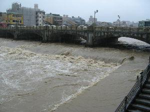 OLYMPUS OM SERIES (いつもの風景)増水-京都・鴨川七条大橋 朝 水位は下がったものの先ほど また様子見に。 再び増水し