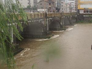 OLYMPUS OM SERIES (いつもの風景)京都市内-大雨。 我が学区を除き 周辺学区には避難指示が発令中です。 鴨川の水位は昨