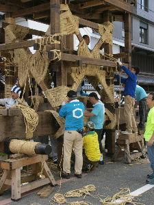 OLYMPUS OM SERIES (いつもの風景)祇園祭 北観音山 午前中の撮影です。若い方・熟練の方 多くの作事方によって縄がらみが