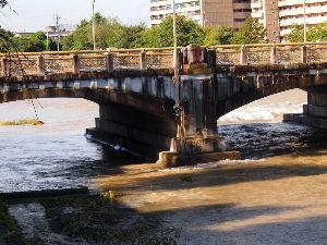 OLYMPUS OM SERIES (いつもの風景) 水位下がる !!! 久しぶりに太陽が**** 鴨川七条大橋 水位がほとんど下がり