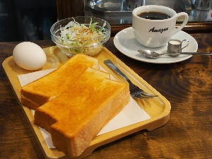 OLYMPUS OM SERIES (いつもの風景) 毎朝の朝食は喫茶店のモ-ニング。 あったかいコ-ヒで 予定も何にもない 一日のス