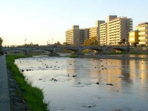 OLYMPUS OM SERIES (いつもの風景)国有形文化財 No-12661 鴨川に架橋の七条大橋。 五連ア-チですが橋上の照明燈