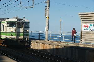 ぼくたちの失敗 森田童子 青海川駅の写真をもう一枚アップします。 この女性は何の関係もありません。 青海川駅で電車と海を眺める