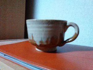 「陶芸教室何でも相談室」パートⅡ 小夏さん。こんばんは。  さてと、適当な大きさのコーヒーカップ有りましたので、映像送ります。  ただ