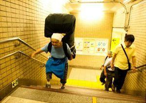 ^DJI - NYダウ 昔は、ローカルな路線に乗ると、こうやってバカでかい柳行李をしょって、行商に出向くおばあちゃんをたまに