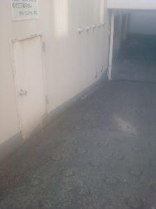 民家の庭の中にあかるさまに信号機用の押しボタンがある 栃木県上三川町 この位置にドアは危なそうな気がする 宇都宮市