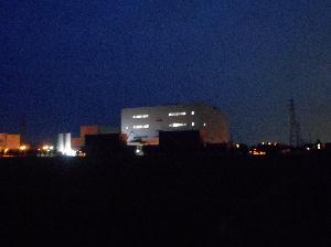 4585 - (株)UMNファーマ  今夜の午後8時頃の岐阜工場です。  社員の車はまだ40台ほど駐車しています。  試験培養は、もう後