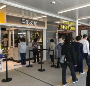9142 - 九州旅客鉄道(株) まだ本館オープンではないですが、かなり人混み。😓  人気の抹茶店で並びました。