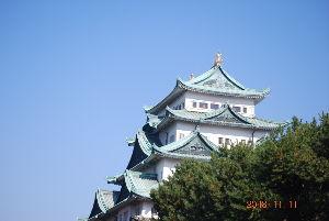 70歳以上のとまり木 おはようございます 今日はこれより仕事に出かけます 今度は横から見た名古屋城です今は石垣の修理だと