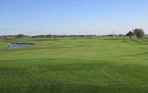 6412 - (株)平和 近くの河川敷ゴルフ場はPGMです。自宅から20分で行けますから重宝しているのです。フェアーウエイはき