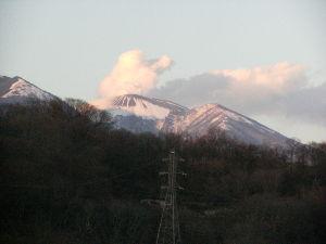 【50代からのしりとり】  《てっぺんから今日も噴煙》   「え」  今も  浅間山は  活火山です。 中越地震と 連動してい