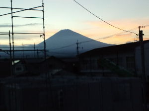このまま、阿部改憲でいいのかね。 お久振りです此処二三日富士が見えていますーー明日から八月ですーー七月最後の夕焼け富士ですーーー