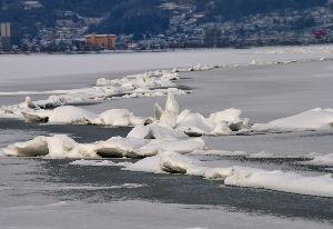 信州自然談話室 今週初めからせり上がりはあったのですが、氷が厚くなりそれらしくなりました。 積雪が残念ですが様子はわ