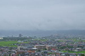 信州自然談話室 昨日、15日は朝から雨でした。花火見物の場所取りのみなさんはカッパ着て耐えていたようです。  遠景で