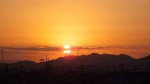 信州自然談話室 あけましておめでとうございます。  今年もよろしくお願いいたします。  初日の出 まん中が雲で分かれ